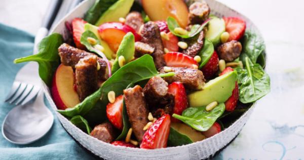 Salade de saucisses de veau grillées fruits et légumes d ...