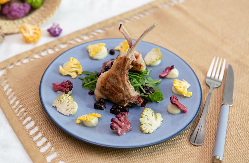 Crémeux de chou-fleur, côtelettes d'agneau grillé, gastrique au cassis