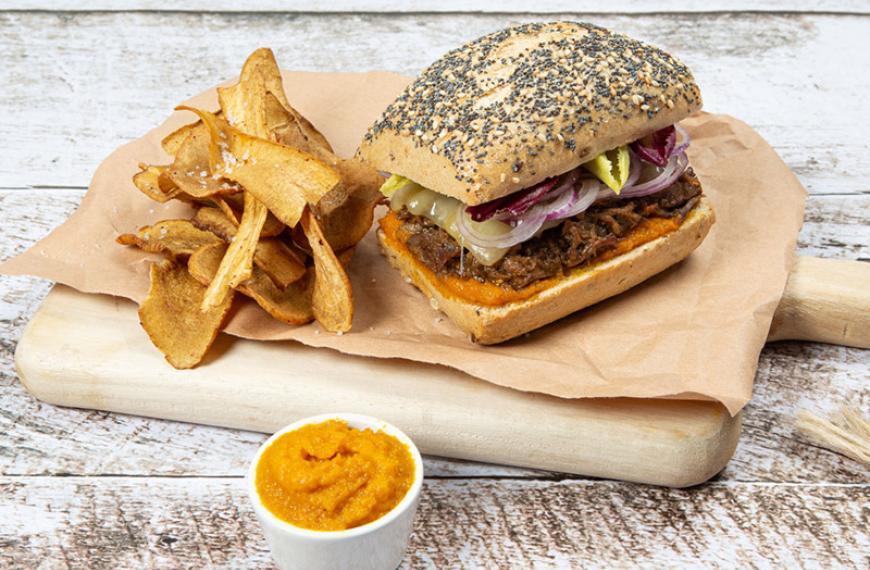 Vintage burger de paleron de bœuf, chips de panais et ketchup de carottes